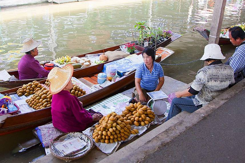Experience the old way of selling merchandise at Bangkok Floating Market