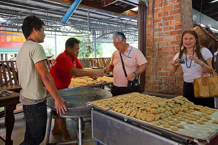Get some local dishes at Bangkok Floating Market
