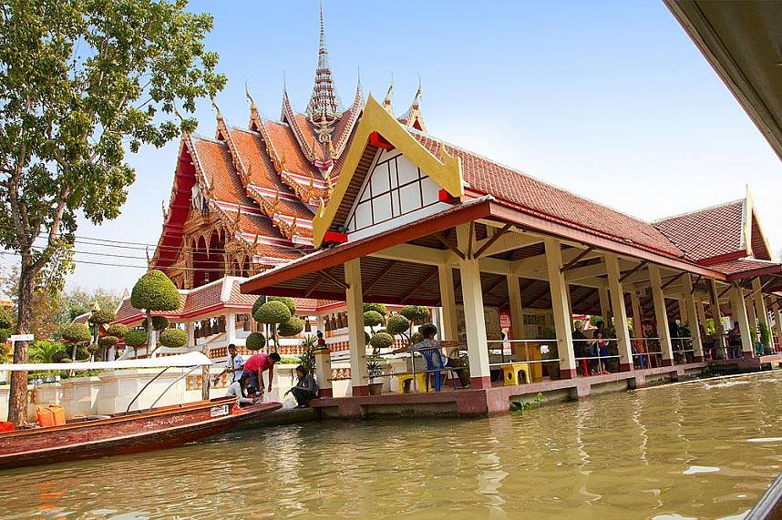 During a boatride along Bangkok Floating Market you can visit beautiful temples