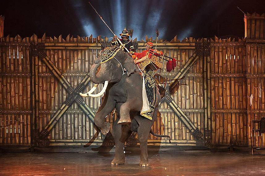 the old Thai warriors come alive at Alangkarn Theater Pattaya