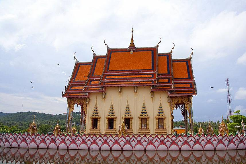 Visit during your beach holiday in Thailand the famous Suwannaram Temple (Wat Plai Laem) Koh Samui
