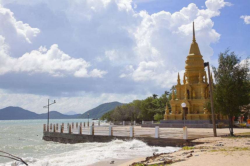 The Laem Sor Pagoda sits straight on the Gulf of Thailand in Koh Samui