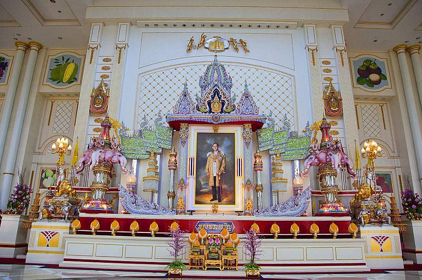 An image of King Rama 9 is shown at Pattaya Baan Sukhawadee