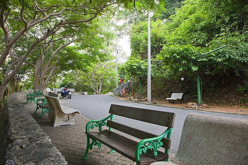 Along the Suan Chalermprakiat Fitness Park way are many benches for a rest