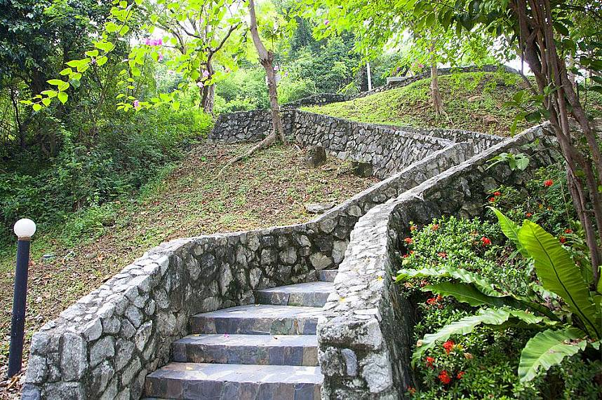 The many stairs at the fitness park Suan Chalermprakiat Pattaya  will give you a real challenge