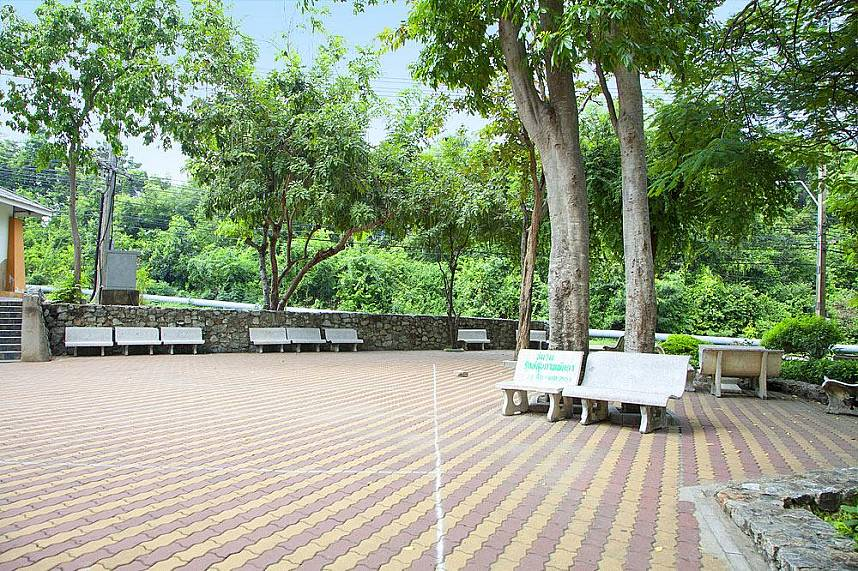 The whole Suan Chalermprakiat is not only perfect as a fitness park but as well for a peaceful walk