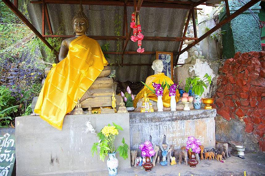 A small Buddha shrine welcomes visitors to Muang On Cave Chiang Mai