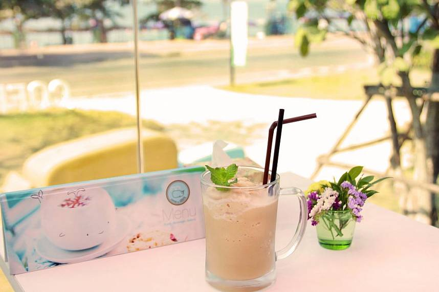 have a cold drink during your Pattaya beach vacation at Coffee and Sweets Jomtien