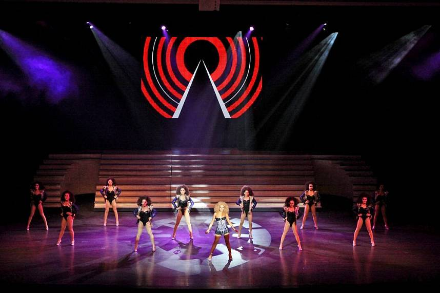 Colosseum Cabaret Show Pattaya has as well modern dance performances