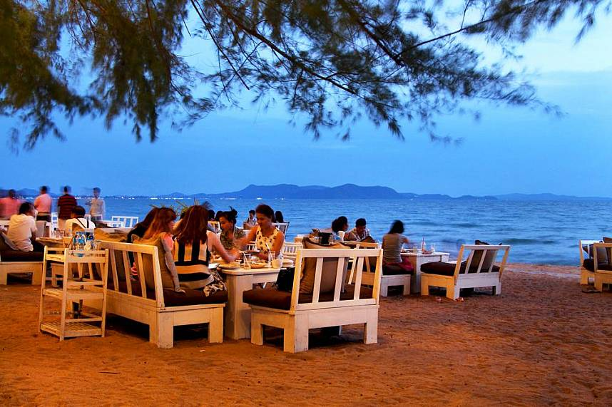 Enjoy a stupendous dinner at the beach in Pattaya Glass House Restaurant