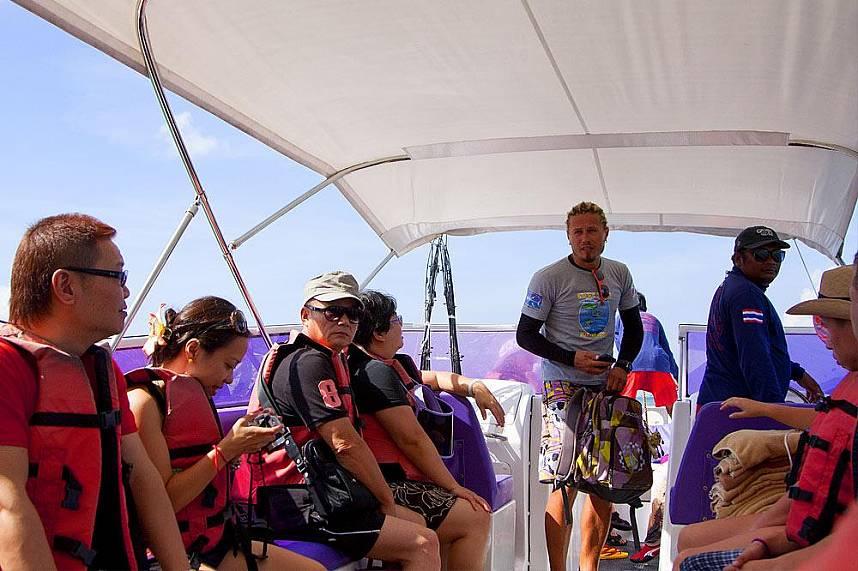 Tourists on their way to Pattaya 3 island speedboat tour