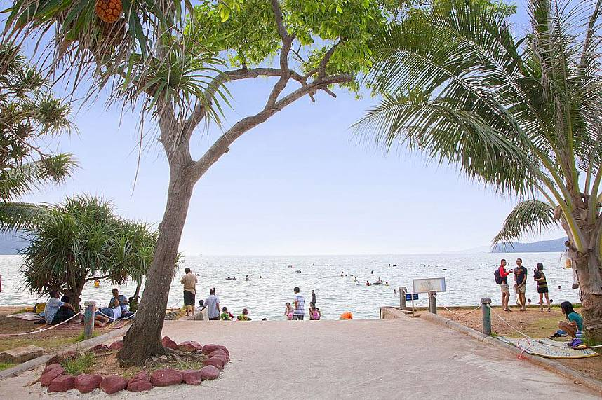 During weekends the Toei Ngam Beach is a popular Pattaya beach destination