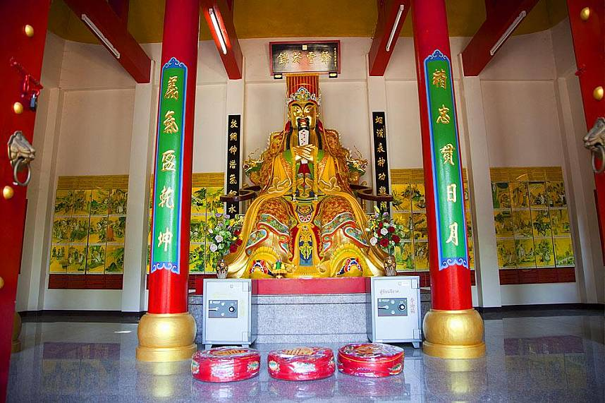 Visit the Chinese temple Wang Sam Sien with the colorful Buddha statue