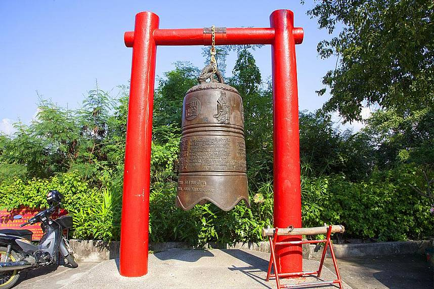 On the entrance of Wang Sam Sien temple Pattaya awaits you a huge ornamented bell