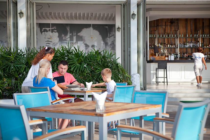 Spend during your Phuket family vacation a day at Bang Tao Beach and get some food at the Bliss Beach Club