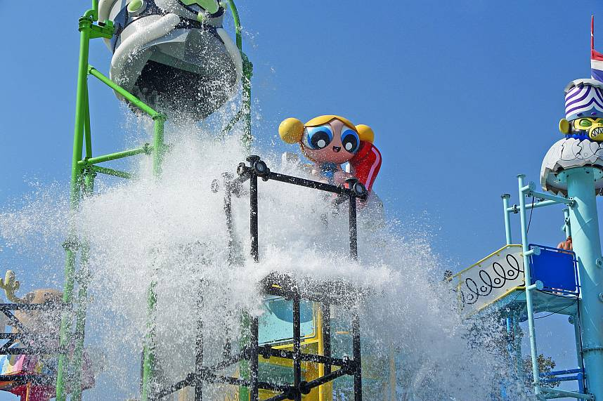 A huge water bucket empties at Pattaya Cartoon Network Amazone Water park