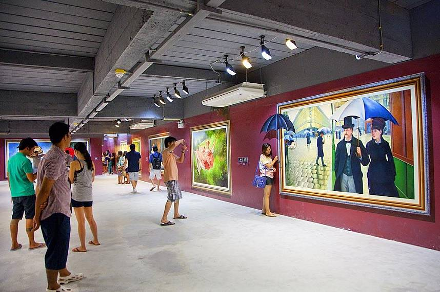Tourists admire the paintings at Pattaya Art in Paradise Exhibition