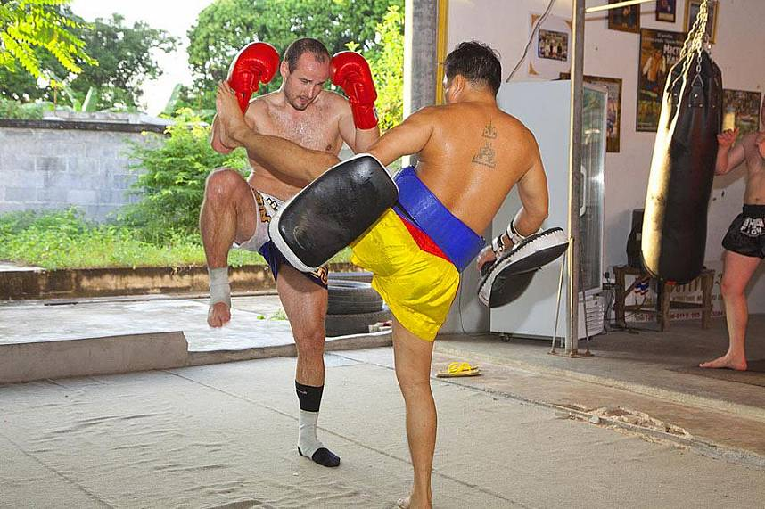Foreigner trains at the Chor Nateethong Mauy Thai Gym Pattaya
