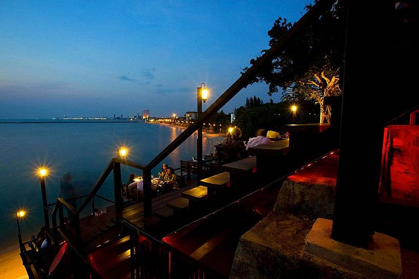 Night scenery on the outskirts of Pattaya - Rimpa Lapin Restaurant Pattaya