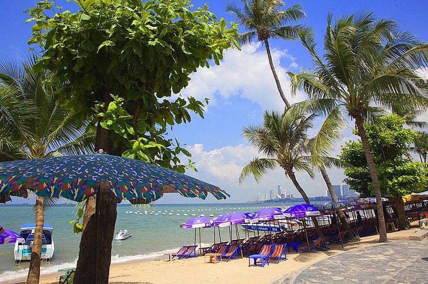 Pattaya Beach and Beach Road - a great place in the center of Pattaya