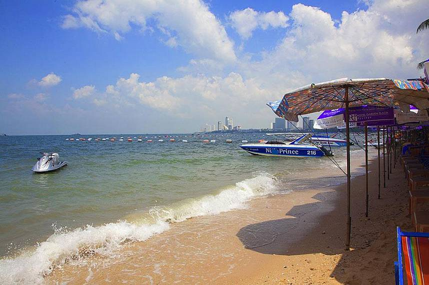 Relax in the shade, take a swim or rent a water scooter - all is ready at Pattaya Beach and Beach Road