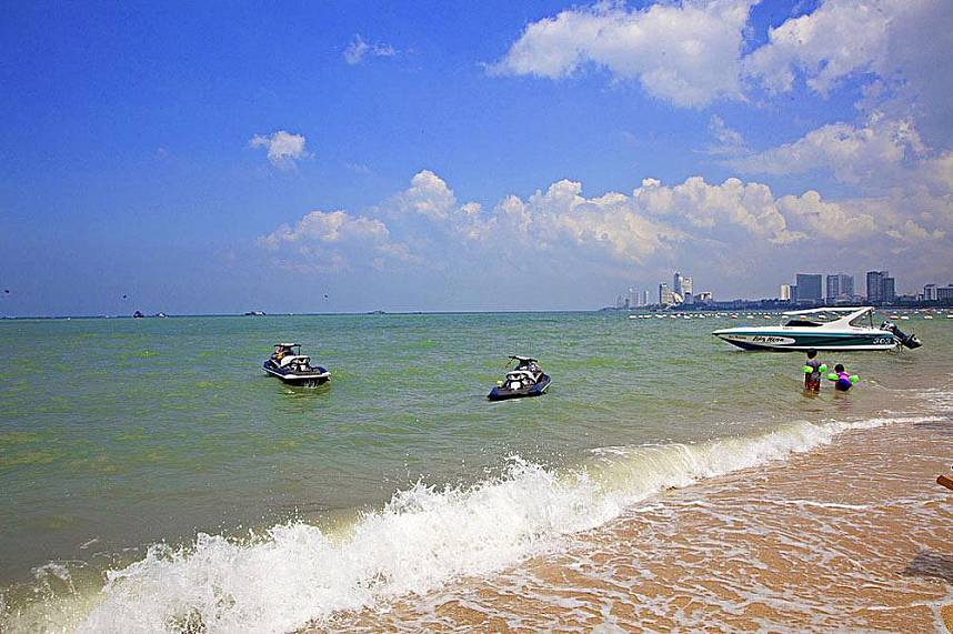 Pattaya Beach and Beach Road - the perfect place for a family day at the beach
