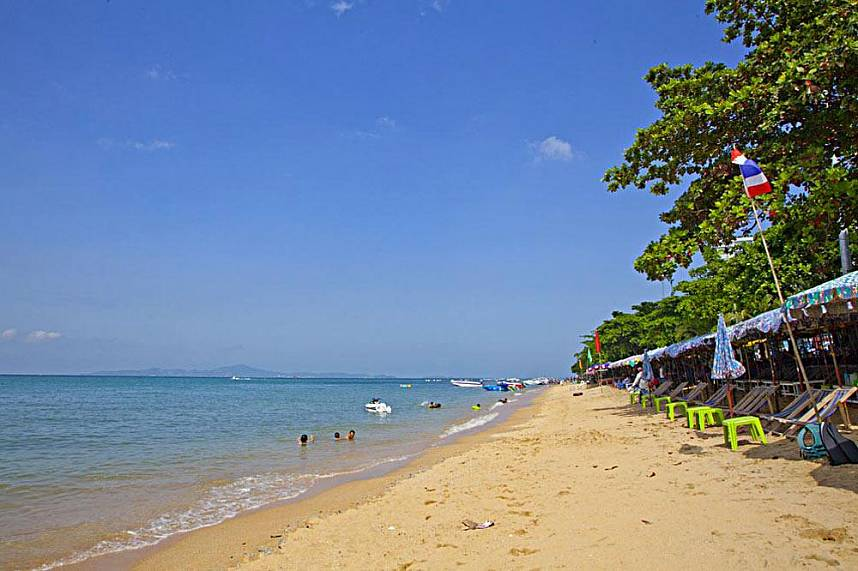 The miles long Jomtien Beach Pattaya invites for pleasant strolls