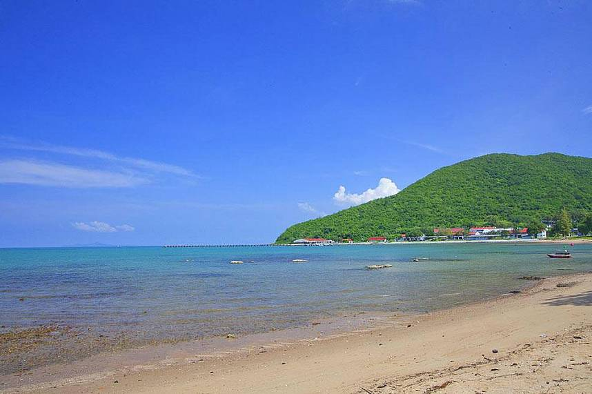 Clear water, white sand - a holiday dream at Sai Kaew Beach Sattahip Pattaya