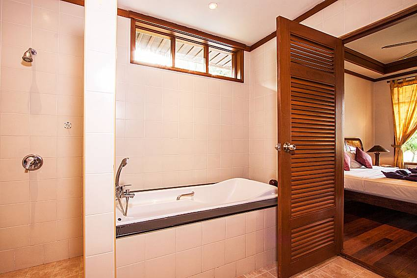 Shower with jacuzzi tub of Ban Talay Khaw O3