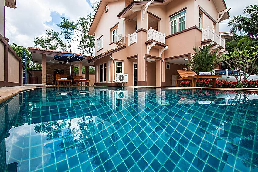 A large swimming pool in font of the house of Jomtien Summertime Villa C