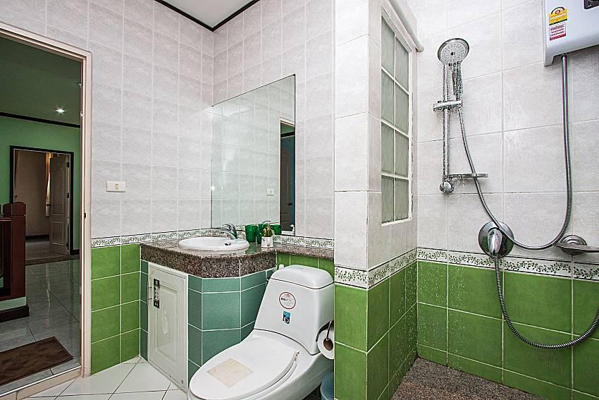 Shower with toilet of Jomtien Summertime Villa C