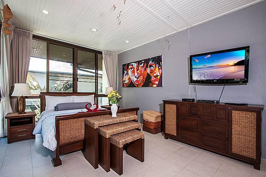 Bedroom with TV and shelves of Villa Jairak (First)
