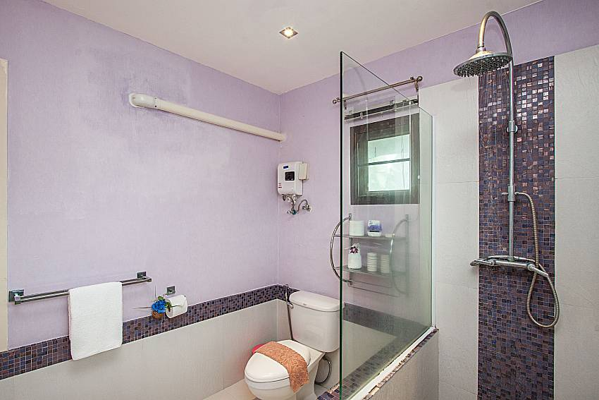 Shower with toilet of Villa Jairak