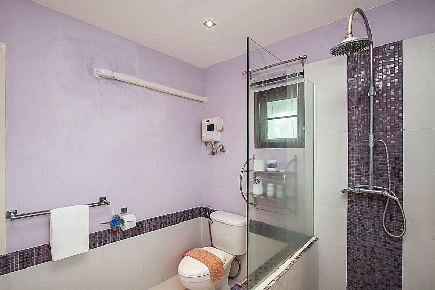 Shower with toilet of Villa Jairak
