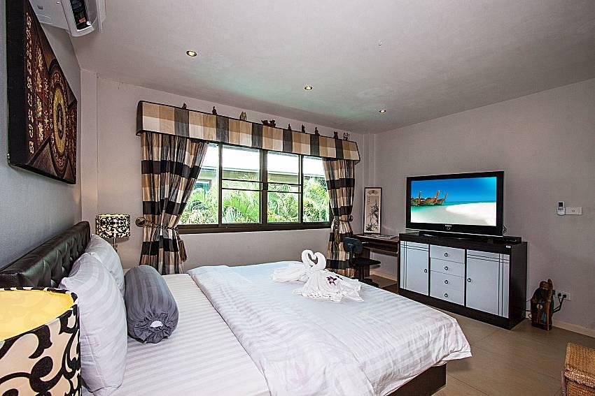 Bedroom with shelves and TV of Villa Jairak (Four)