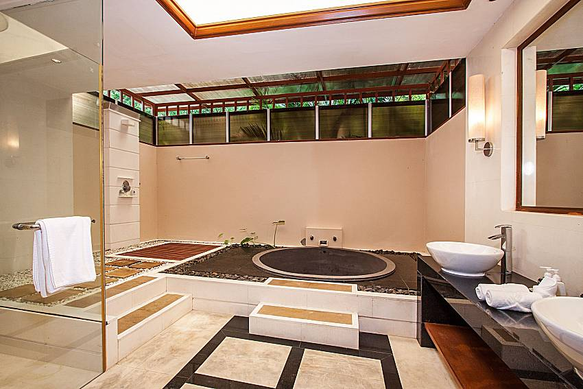 Jacuzzi tub with basin of Pailin Garden Palace