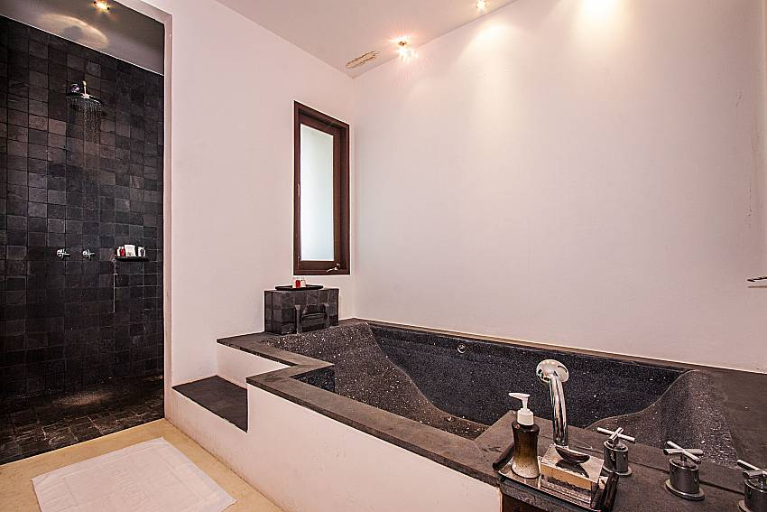 Jacuzzi tub with shower of Niranon villa 21