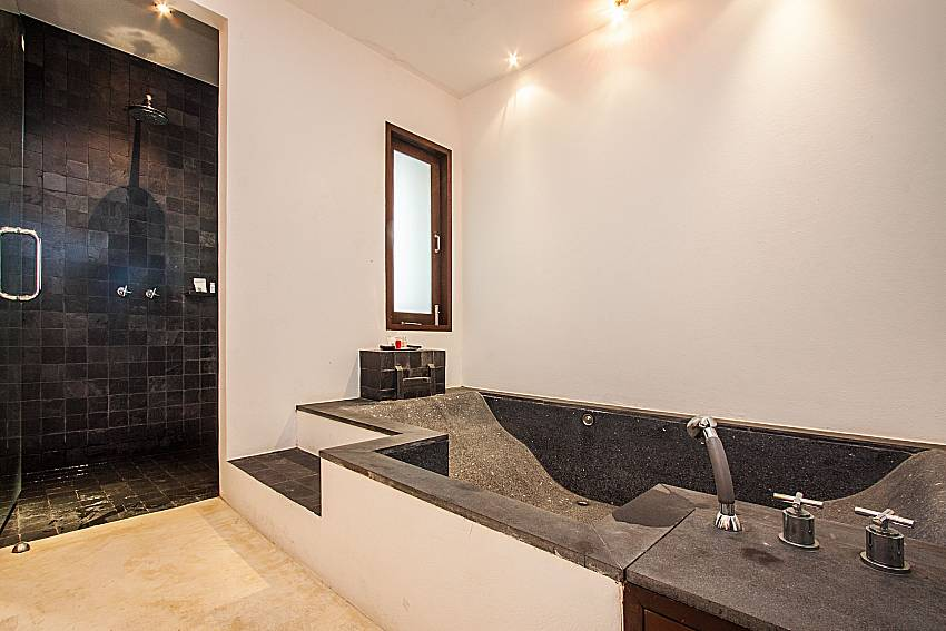 Jacuzzi tub with shower of Niranon villa 22