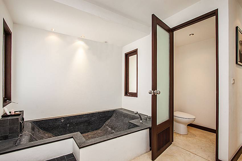 Jacuzzi tub with toilet of Niranon villa 23