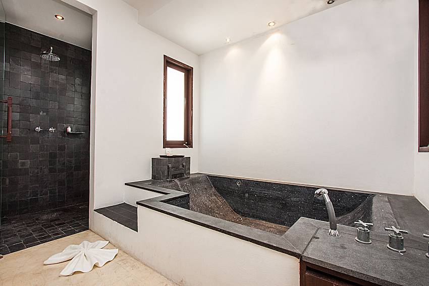 Jacuzzi tub with shower of Niranon villa 23