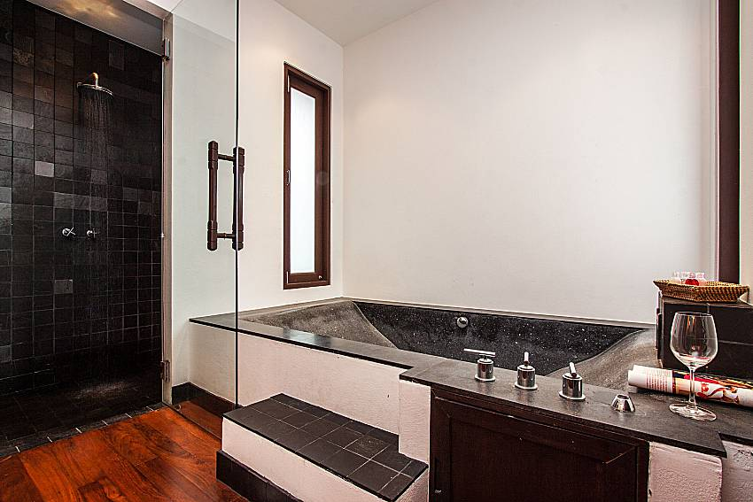 Jacuzzi tub with shower of Niranon villa 12