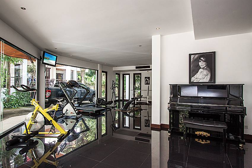 Player piano equipped with exercise machines of Nirano villa 14