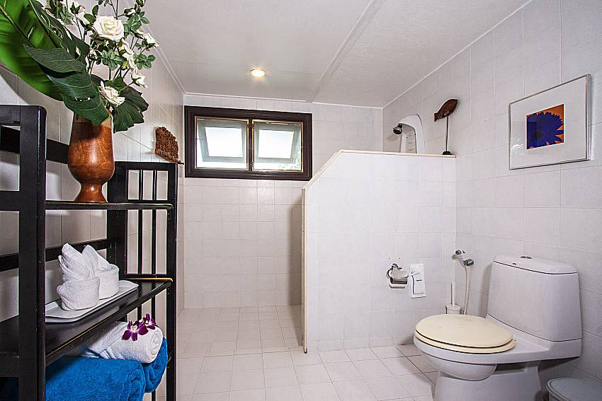 Bathroom with toilet and shelves of Ruean Jai B