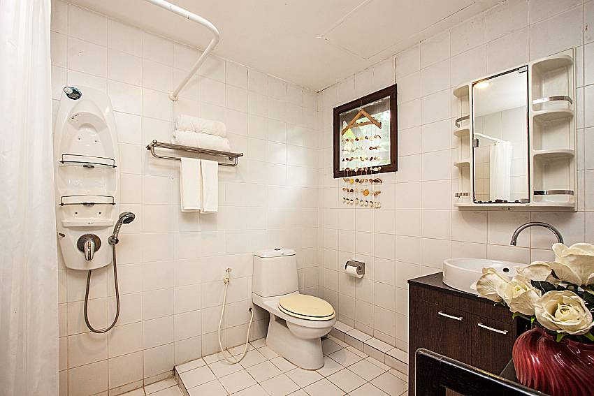 Bathroom with shower and toilet of Ruean Jai A