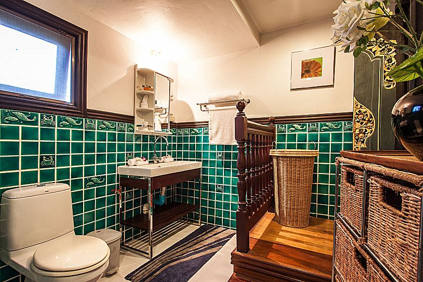 Toilet with basin and shelves of Ruean Jai A
