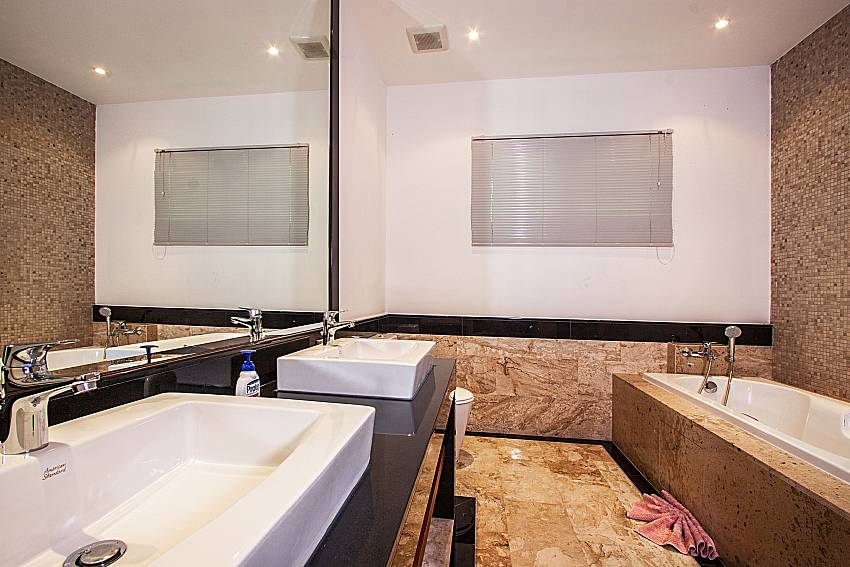 Jacuzzi tub with basin wash of Villa Gaw Sawan