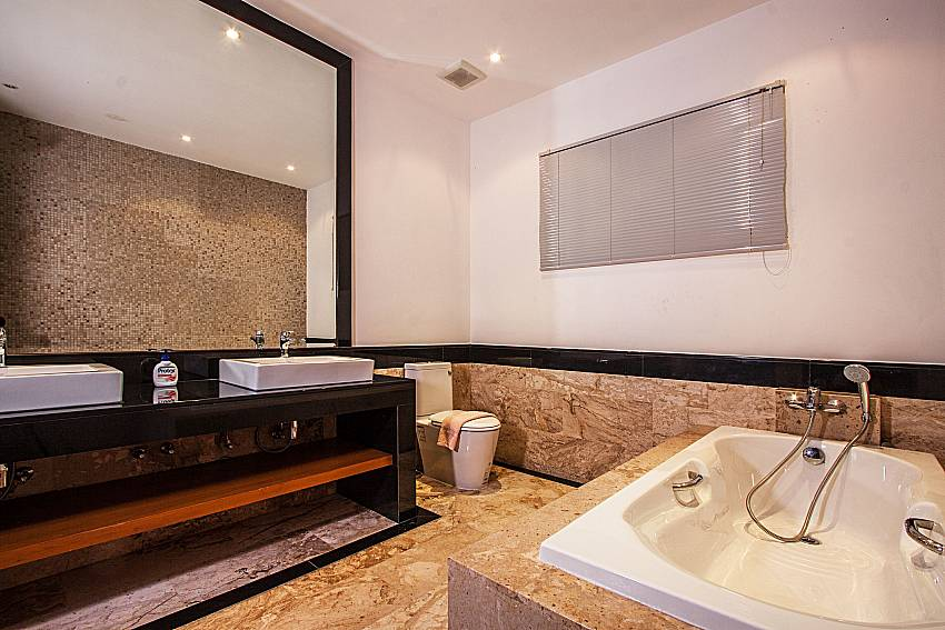 Jacuzzi tub with shelves of Villa Gaw Sawan