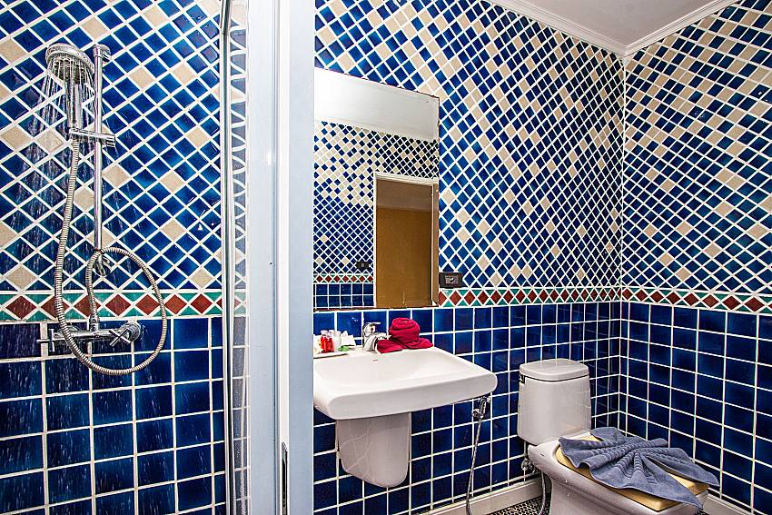 Shower with basin wash and toilet of Pratumnak Argyle Villa