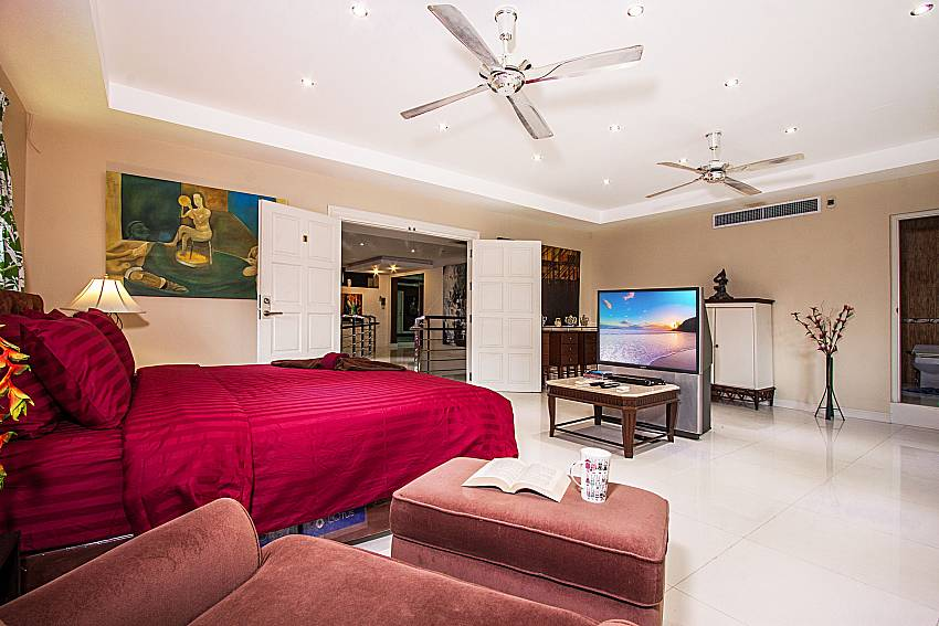 The master bedroom has a large TV with sofa of Pratumnak Argyle Villa (Eight)