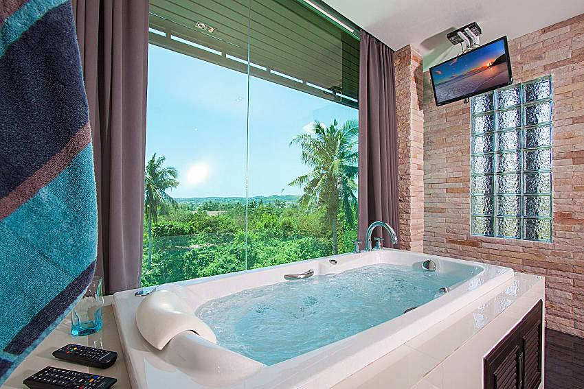 Jacuzzi with TV Villa Virote in Phuket